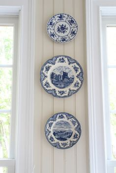 super Ideas for kitchen wall plates blue and white Plate Wall Decor, Plates On Wall, Blue And White China, Blue China, Old Plates, White Plates, Hanging Plates, Plate Display, Dining Room Walls
