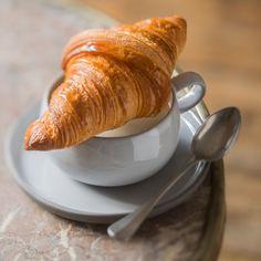 Découvrez la recette Croissant au beurre à la machine à pain sur cuisineactuelle.fr. Coffee Time, Tea Time, Bake Croissants, Crepes, Baking, Ethnic Recipes, Desserts, Chocolatier, Biscuits