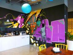 Les bureaux street art de Facebook à Singapour               Les bureaux Facebook, le réseau social le plus hype du monde, nous feront toujours rêver... Cette fois, on découvre à Singapour une ambiance moderne inspirée des sites industriels et de la rue avec ses graffitis multicolores, réalisée par des artistes de street art locaux. On retrouve également les matières nobles chères aux architectes du moment, du bois, et des plantes vertes. Bref, tout y est ! Moment, Rue, Street Art, Facebook, Deco, Photos, Street Graffiti, Green Plants, Singapore