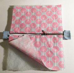 So kann ein perfekt eingenähter Reißverschluss an einer Tasche aussehen. Die Ecken wölben sich nicht nach innen, die Zahnreihen liegen sauber nebeneinander und an den Seiten der Tasche ist kein Extrastoffzippel, welcher Ungenauigkeiten