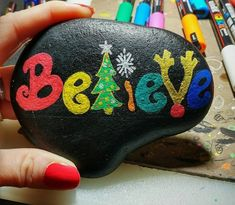 Easy Paint Rock For Try at Home (Stone Art & Rock Painting Ideas) christmas diy room decor Rock Painting Patterns, Rock Painting Ideas Easy, Rock Painting Designs, Pebble Painting, Pebble Art, Stone Painting, Stone Crafts, Rock Crafts, Christmas Crafts