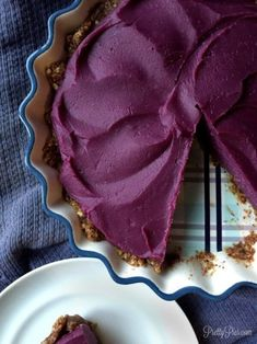 Vegan Purple Sweet Potato Pie (paleo) // This purple sweet potato pie will be the center of the talks this fall. Its unique and beautiful look does not dissapoint taste-wise. It is as creamy and delicious as any pumpkin pie will ever be. Paleo Dessert, Delicious Desserts, Dessert Recipes, Healthy Desserts, Pastry Recipes, Dessert Bars, Pie Recipes, Fall Recipes, Purple Sweet Potatoes