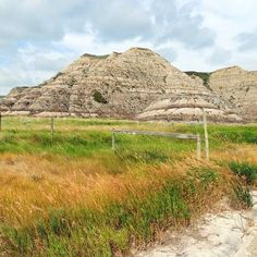 Grasslands meet the badlands. In Starland Alberta.  #scenery #sceneryporn #scenic #view #views #badlands #alberta #colorfulnature #prettyscenery #scenicview #scenicviews #grasslands #natureisbeautiful #sopretty #prettysight #prettyview #ilovenature #lovenature #lovenaturesbeauty #naturelover #naturelovers #howpretty #natureofinstagram #instanature #instanaturelover #instascenery by nicolemacp
