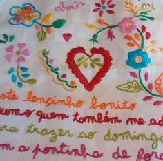 Lenço dos Namorados. Esses bordados eram feitos pelas mulheres portuguesas em homenagem aos namorados que iam de Portugal para outros países, inclusive o Brasil. Até hoje, nas cópias, mantem- se a grafia errada, pois geralmente eram feitas por pessoas sem muito estudo. Uma verdadeira maravilha e sou apaixonada por eles. #mabroderie #feitoamao #portugal #tradicao #tradicaoportuguesa #handmade #bordadosfeitoamao #embroidery #lencodosnamorados #bordados
