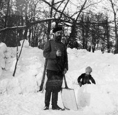 Николай II и его сын Алексей чистят снег, 1908 год, Царское село