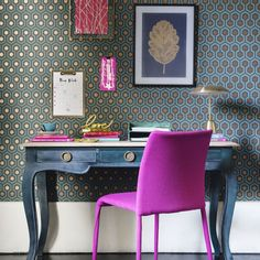 Zany home office with bold wallpaper and pink chair Bold Wallpaper, Feature Wallpaper, Hexagon Wallpaper, Home Office Design, Home Office Decor, Home Decor, Office Ideas, Modern Home Offices, Living Room Images