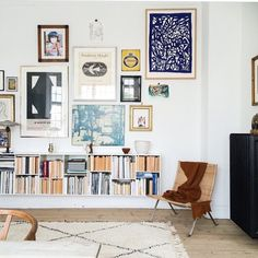 Fantastic Gallery wall and bookshelf in modern bohemian style living room (Couleur Pour Salon) The post Gallery wall and bookshelf in modern bohemian style living room (Couleur Pour Sa… appeared first on Cazoz Diy Home Decor . Living Room Designs, Living Room Decor, Living Spaces, Shelf Ideas For Living Room, Picture Wall Living Room, Picture Walls, Sweet Home, Hobbies Ideas, Diy Casa