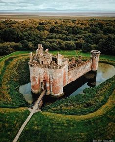 10 Scottish Castles that are straight out of a fairytale. These iconic landmarks in Scotland are a must see! Some of the best castles in Inverness. Learn some little known facts about Scottish Castles before your trip. Castle House, Castle Ruins, Medieval Castle, Scotland Castles, Scottish Castles, Germany Castles, Castle Fraser, Places To Travel, Places To Visit