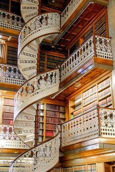 Удивительной красоты резная лестница находится в Национальной библиотеке во Флоренции, Италия.