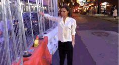 """Victoria Beckham dançando pela Times Square  Brooklyn Beckham filmou sua mãe dançando pelas ruas de NYCVictoria aparece andando e dançando entre as centenas de pessoas passando até despercebida em alguns momentos. A mãe de Brooklyn que dançou a músicaStaying' Alive doBee Gees ainda ganhou uma legenda do filho na rede social: """"Minha mãe está trazendo um pouco de moda para as ruas"""".  My mum is bringing fashion to the streets. Times Square  NYC @victoriabeckham @davidbeckham @kenpaves #coolmum…"""