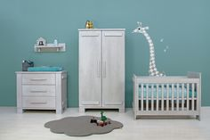 Styling & accessoires #babykamer Tim blue wash: gehaakte opbergmand van #Naco, waskussenhoes van #MundoMelocoton, vloerkleed 'Cloud' van #Moepa, lamp paddestoel goud van #Heico en knuffel Tijger van #KenanaKnitters, #muursticker Giraffe van #Littlephant, beddengoed van #MundoMelocoton. Babykamer Tim van #Bopita: http://bopita.com/nl/baby/babykamers/tim-blue-wash-baby.html