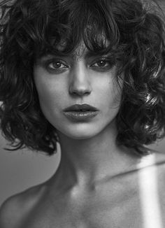 La Femme books with makeup and hair by Veronica García (Bloud Agency). La Femme books with makeup and hair by Veronica García (Bloud Agency). Curly Hair With Bangs, Short Curly Hair, Wavy Hair, Curly Hair Styles, Trending Hairstyles, Curly Bob Hairstyles, Hair Inspo, Hair Inspiration, Line Bob Haircut