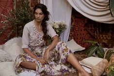 Bohemian fashion label Tree of Life has brought us boho style that is more so influenced by the Sahara Desert and all things mystical. Daily Fashion, Boho Fashion, Fashion Dresses, Vintage Fashion, Girl Walking Away, Sexy Coffee, Indian Photoshoot, Collections Photography, Magic Carpet