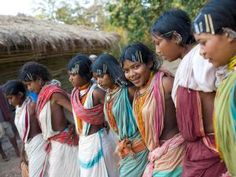 17 year old, Almay from right) dances with other tribal girls during the mass worship in Ijurupa village near Vedanta refinary in Orrisa. Indigenous communities conduct the worship, which is an annual feature, in their respective states, but this yea Tribal People, Tribal Women, Tribal India, Tribal Art, Tribes In India, Village Photography, Art Photography, Village Tours, Beautiful Girl Indian