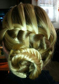 A mix between a waterfall and fishtail braid