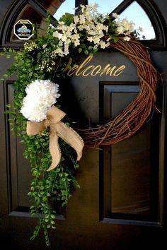 Spring wreath for door decoration is a wonderful idea. Get the best DIY Spring Wreath ideas here for front door decoration for the Spring and Easter season. Wreath Crafts, Diy Wreath, White Wreath, Wreath Ideas, Grapevine Wreath, Green Wreath, Wreath Making, Couronne Diy, Decoration Evenementielle