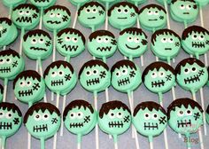 Looking for a last-minute, easy Halloween craft? Or maybe something to send to school for all the kiddos? How about these super cute Oreo Mummies and Frankenste Halloween Oreos, Dessert Halloween, Fun Halloween Treats, Halloween Cake Pops, Halloween Baking, Easy Halloween Crafts, Halloween Cookies, Happy Halloween, Halloween Party