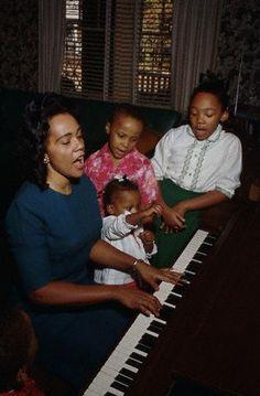 Coretta Scott King singing and playing the piano with her children Yolanda, Martin III, Dexter (left corner) and Bernice