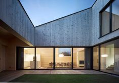 Austrian architect Bernardo Bader has designed 'haus im feld' meaning House in Field, a country home located in Sulz, Austria. Architecture Résidentielle, Sustainable Architecture, Contemporary Architecture, Courtyard Design, Courtyard House, Timber House, Wooden House, Bernardo Bader, Design Cour