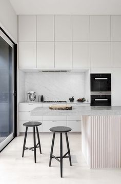 Modern Kitchen Interior I like the simple clean cabinets. Kitchen Dinning, New Kitchen, Kitchen Decor, Kitchen Styling, Kitchen Lamps, Kitchen Stools, Kitchen Lighting, Kitchen Ideas, Modern Kitchen Interiors