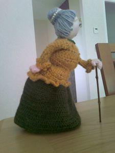 Pique aiguille au crochet Crochet Diy, Crochet Home, Crochet Dolls, Doll Amigurumi Free Pattern, Amigurumi Doll, Loom Knitting, Knitting Patterns, Crochet Patterns, Granny Dolls