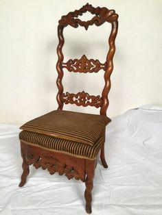 Chaise basse ou chauffeuse en bois naturel ajouré. XIXe siècle.