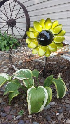 This sunflower spoon flower is welded together with sixteen spoons. Spoon handles are used as the leaves of the flower. Coated with a