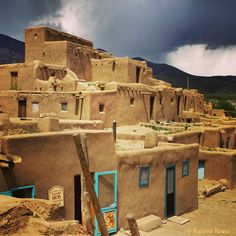 Taos, Taos, New Mexico - The Taos Pueblo is a an ancient Native American pueblo that is over 1000 years old! And still home to some amazing people! You can visit during the day and even stop at their cafe or nibble on the local fry bread. Travel New Mexico, Taos New Mexico, New Mexico Usa, Mexico Tourism, American Indian Art, Native American, American History, Taos Pueblo, Desert Homes