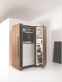 bulthaup - b2 keuken - de keukenapparatenkast completeert het geheel: het is de perfecte opbergplek voor de oven, vaatwasser en koelkast. Een mooie, klassieke oplossing waarvan de offerdeuren zijn uitgerust met ingenieuze 4-delige scharnieren die ervoor zorgen dat de deuren helemaal kunnen openzwaaien