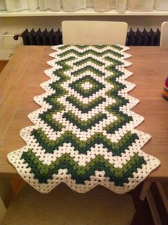 Table runner Pattern: http://www.freewebs.com/bethintx/dropinthepondlaprobe.htm