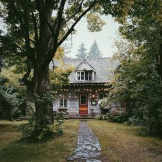 love this little cottage house Cozy Cottage, Cozy House, Cottage Porch, Rustic Cottage, Cozy Cabin, Future House, Exterior Design, Interior And Exterior, Casa Loft