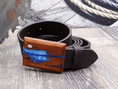 """Dieser Ledergürtel breit mit Holzschnalle ist ein echtes Highlight. Mit einzigartiger Schnalle aus Holz und echtem Büffel-Ledergürtel. Der Gürtel kann rasch und einfach selbst gekürzt werden. Länge = 125 cm. Dieses Produkt ist ein handgefertigtes Unikat """"Made in Austria"""" Belt Buckles, Accessories, Simple, Timber Wood, Belt Buckle, Jewelry Accessories"""