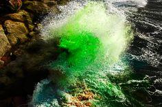 Le photographe Arnaud Lajeunie organise la rencontre d'éléments naturels et artificiels, dans cette série en plaçant des colorants sur des rocher que des vagues viennent heurter.