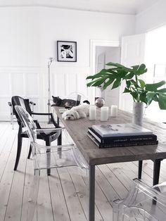 sillas desparejadas: metacrilato negro y transparente, combinado con una mesas rústica de madera natural