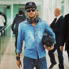 current mood: neymar in a denim shirt Good Soccer Players, Football Players, Granada, Estilo Hip Hop, Hipster Vintage, Messi And Neymar, New Ray Ban Sunglasses, Play Soccer, Best Player