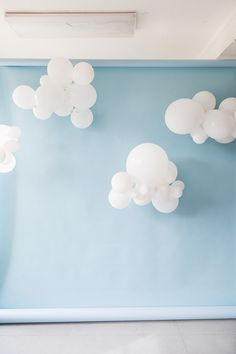 DIY Cloud Balloons Backdrop behind photobooth Balloon Clouds, Balloon Backdrop, Baby Shower Backdrop, Diy Backdrop, Balloon Decorations Party, Parties Decorations, Cloud Baby Shower Theme, Backdrop Photobooth, Birthday Decorations