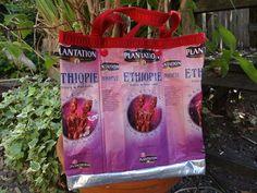 Petit sac forme cabas réalisé avec 7 paquets de café recyclés dans les tons rose et rouges, motif ethnique. La bordure supérieure et les anses sont en galon rouge doublé pou - 15125993