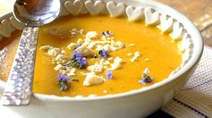 BUTTERNUT SOUP - Butternut soup should be at the top of your list of soup recipes. Hearty and creamy, it's perfect when paired with fresh, crusty bread. Veggie Recipes, Wine Recipes, Soup Recipes, Cooking Recipes, Butternut Squash Chilli, Butternut Squash Soup, Pumpkin And Ginger Soup, Cream Of Broccoli Soup, Vegetarian Cooking