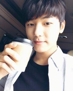 감동과 재미, 모든게 담겨있는 드라마 딴따라 유영아 작가님께서 배우와 스텝 모두에게 커피차와 츄러스차를 보내주셨습니다. 감사합니다! 저는 따뜻하게 유자차를 마시며 촬영을 잘하고 있습니다:) 감사합니다! 아시죠?? 오늘밤 10시 딴따라 7화 방송 잊지마세요! Cnblue, Minhyuk, Kang Min Hyuk, Actors Male, Fnc Entertainment, Jung Yong Hwa, Korean Men, Jonghyun, Man Crush