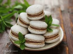 If out at a restaurant the last thing I would choose for dessert would be a pear flavored macaron. Macaroons, Macaron Caramel, Marshmallow Creme, Macaron Recipe, Graham Crackers, Chocolate, Food Processor Recipes, Latte, Sweet Treats