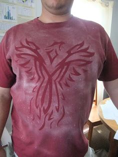 Bleach T-Shirt DIY with the negative picture as well. Bleach T Shirts, Craft Projects, Craft Ideas, Crafts For Kids, Diy Crafts, Camping Crafts, T Shirt Diy, Fabric Painting, Juices