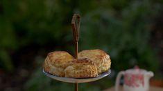 Lækre scones til eftermiddagskaffen eller et engelsk teselskab. Clotted Cream, Afternoon Tea, Scones, Muffin, Nutrition, Breakfast, Tv, Food, Morning Coffee