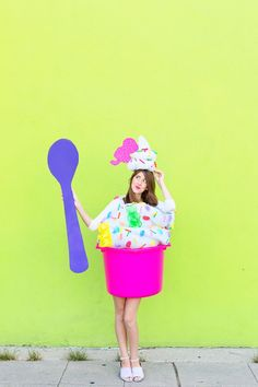 Make a DIY popcorn costume for Halloween this year with just paper, paint and glue! Halloween Motto, Halloween Diy, Halloween Decorations, Halloween Carnaval, Halloween 2018, Halloween Night, Best Halloween Costumes Ever, Cute Costumes, Costume Ideas