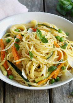 Des pâtes à la carbonara végétariennes préparées à partir de légumes.