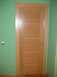 Puertas de interior ciega en haya vaporizada con grecas en horizontal en chapa de nogal
