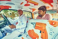 Sameer Kulavoor's 'City as Objects' Taxi Fabric is now on Mumbai roads! Sameer Kulavoor (designer) in een taxi met zijn Taxi Fabric bekleding met de naam 'City as Objects' (stad als object). Nu te zien op de wegen van Mumbai. Dit is taxi nummer 8!