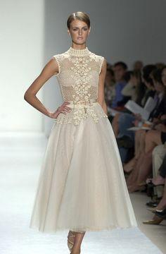 Oscar De La Renta Spring 2004 Model: Jacquetta Wheeler - The Cut Gala Dresses, Bridal Dresses, Belle Silhouette, Asian Wedding Dress, Types Of Dresses, Crochet Fashion, Holiday Dresses, Indian Outfits, Runway Fashion