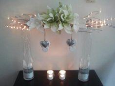 De bekende takken op vazen met bloemen.