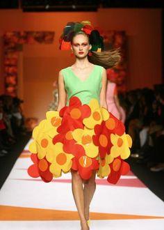 LA CARABA EN BICICLETA...: EL PICAFLOR... DE LAS PASARELAS Fashion Photo, Fashion Art, Runway Fashion, Fashion Outfits, Fashion Design, Quirky Fashion, Whimsical Fashion, Prada, Sculptural Fashion