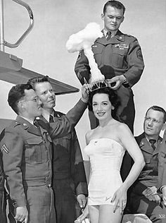 "50 Surprising Photos From The Past That Show How Different Life Used To Be. The winner of the 1950 ""Miss Atomic Bomb"" pageant. Rare Photos, Old Photos, Vintage Photos, Bizarre Photos, Selfie Poses, Robert Cornelius, Bomba Nuclear, Nuclear Test, Nuclear Bomb"